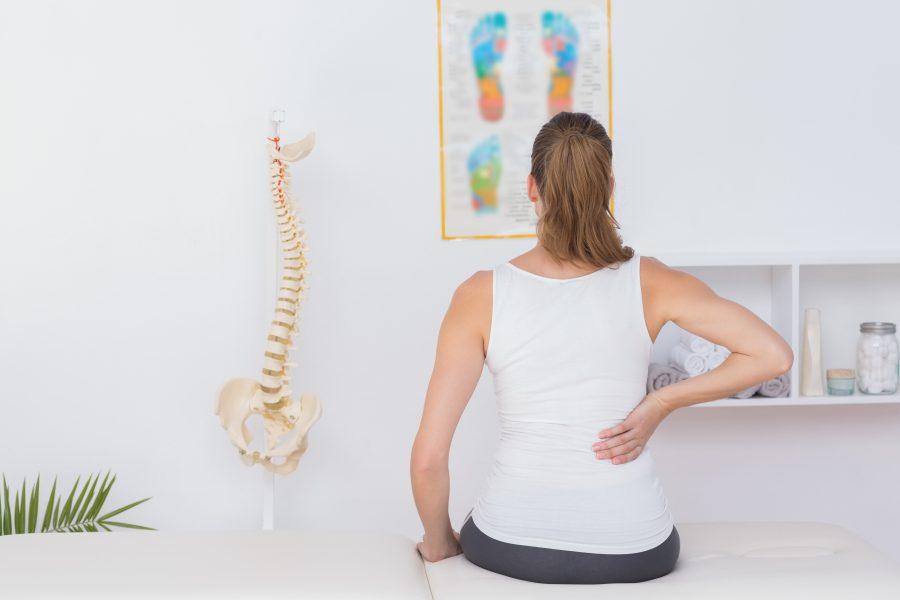 frau bei schmerztherapie in der arztpraxis