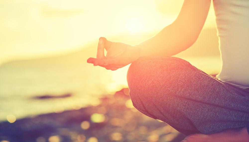 frau macht progressive muskelentspannung gegen rückenschmerzen