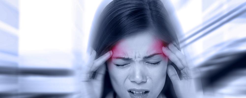 gestresste frau hat rückenschmerzen greift sich an die stirn