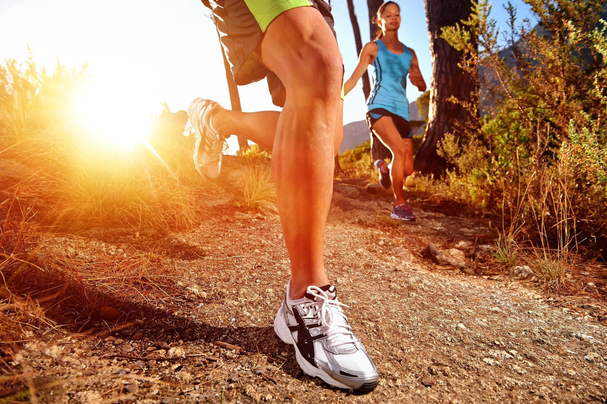 läufer laufen in der Natur und haben rückenschmerzen nach dem Sport