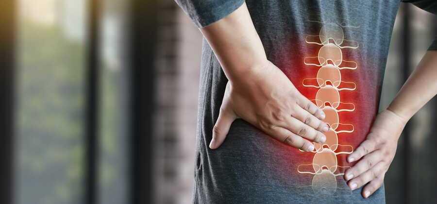 schmerzen erkrankung der wirbelsäule rot markiert