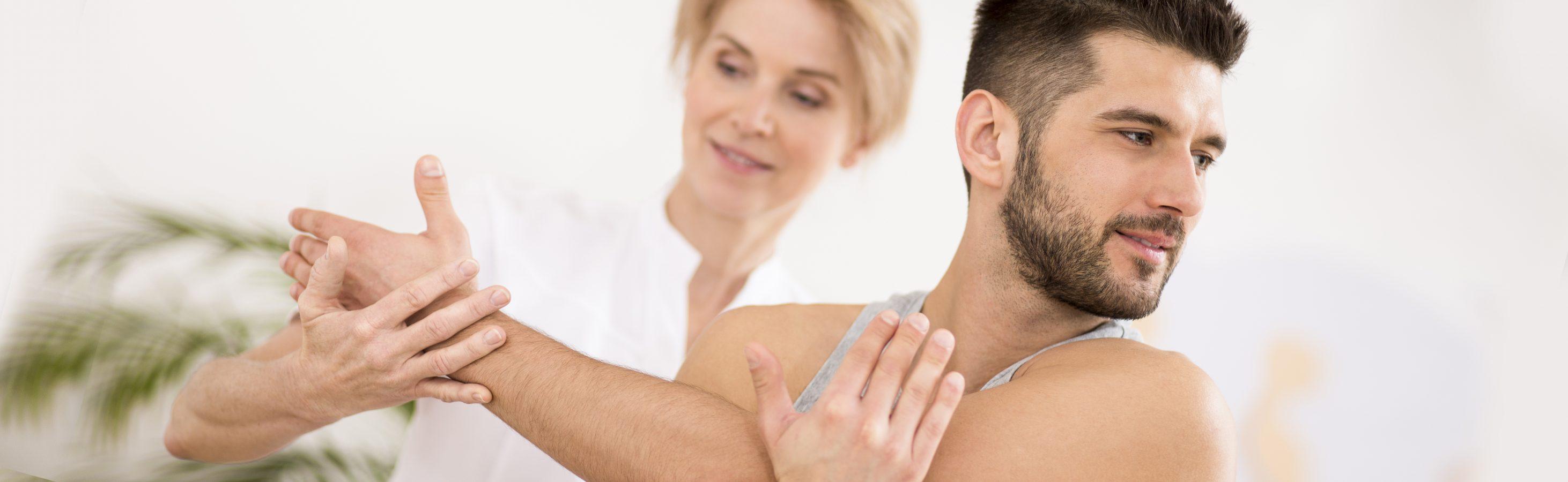 mann macht rückenübungen mit therapeutin