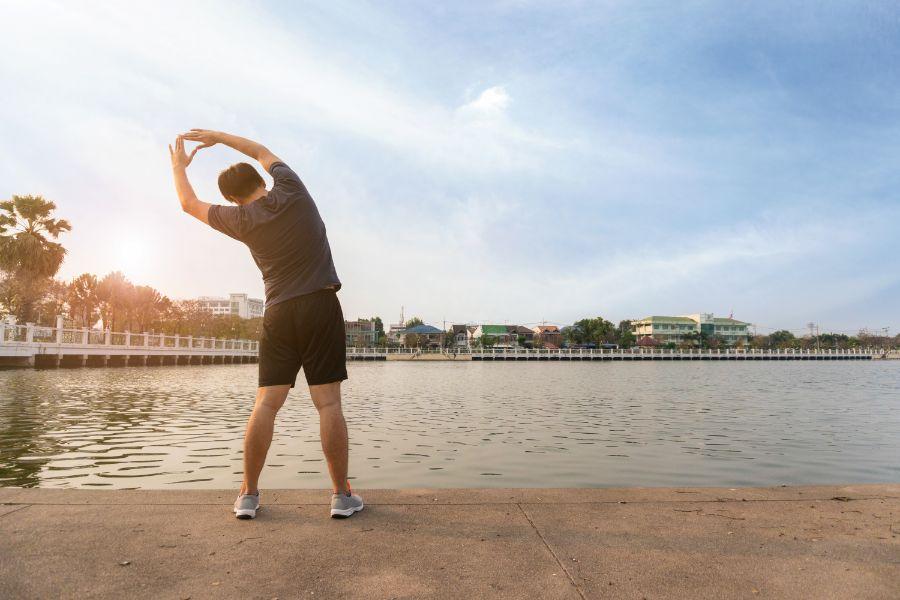 mann macht sport im freien gegen rückenschmerzen