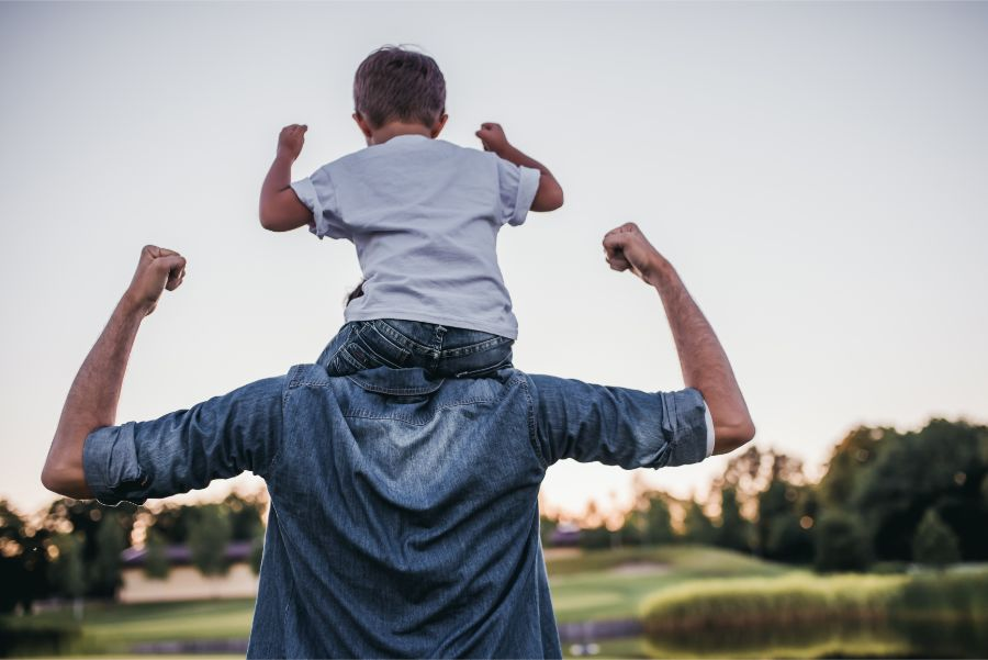 mann mit kind auf dem rücken ist schmerzfrei durch rückenschule