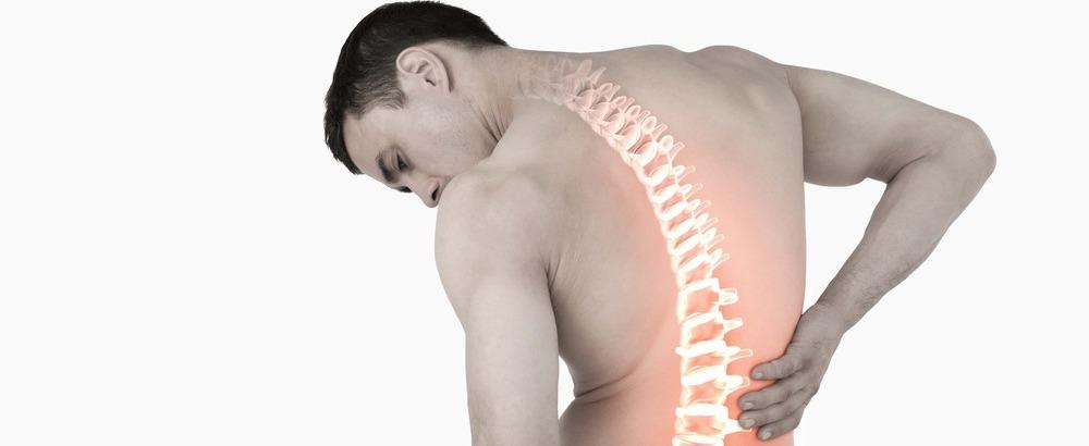 mann mit rückenentzündung greift sich an den Rücken
