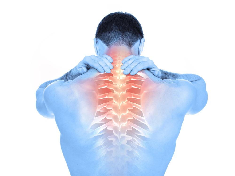 mann mit rückenschmerzen ursache schleudertrauma greift sich an den Rücken