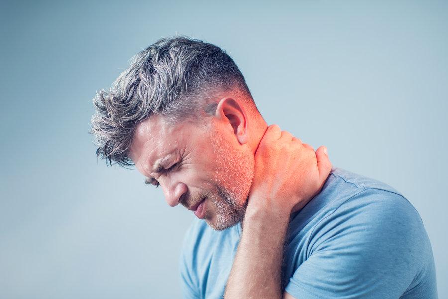 mann mit verspannungen als ursache für rückenschmerzen