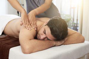 entspannende massage bei mann mit rückenschmerzen