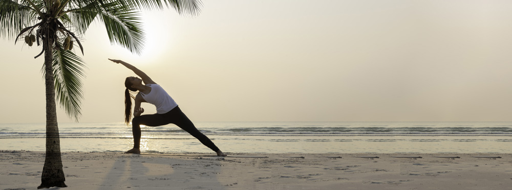 frau macht yoga übungen gegen rückenschmerzen